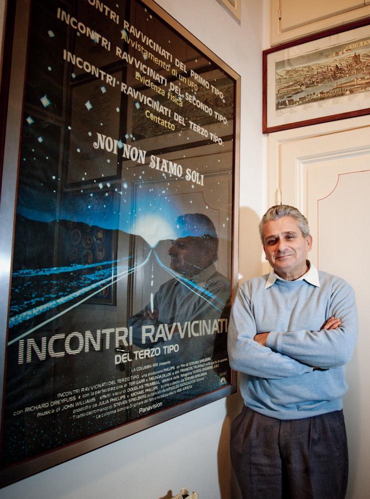 Roberto Pinotti posa davanti al manifesto di incontri ravvicinati del III tipo